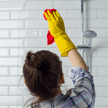 Badezimmer richtig putzen: So geht's